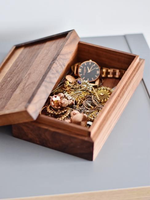 Cadeau zus sieraden doos van hout met gouden sieraden