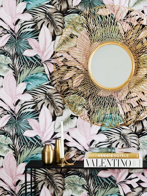 Tropisch interieur: jungle behang met goudkleurige spiegel