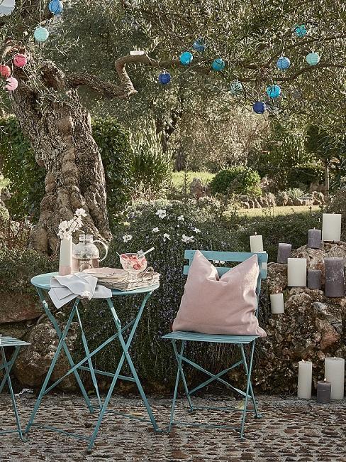 Kleine tuin met ijzeren franse tuinset in turquoise