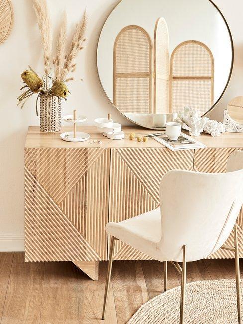 Tips & Trucs Boho stijl dressoirkast met ronde spiegel en witte stoel