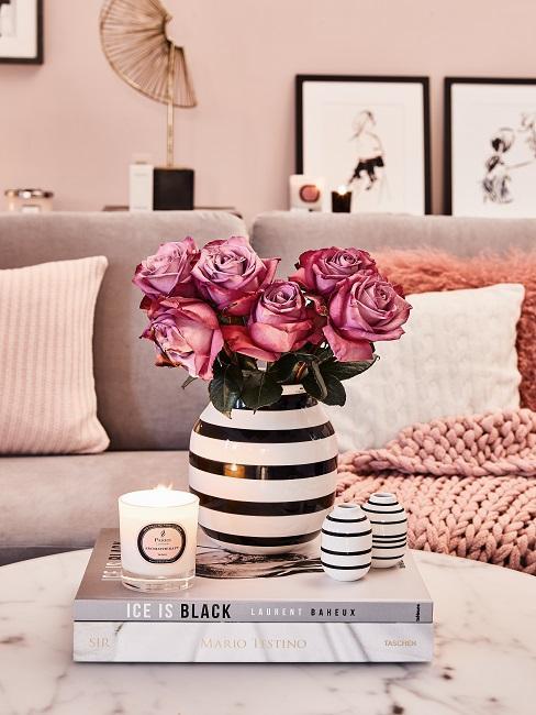 cadeau schoonmoeder bos bloemen in gestreepte vaas op salontafel met bankstel op de achtergrond