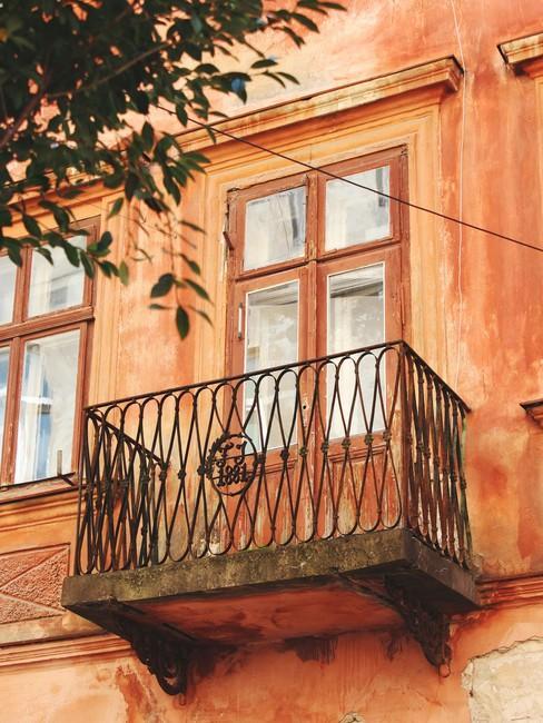 Mediterraans terracotta huis met frans balkon