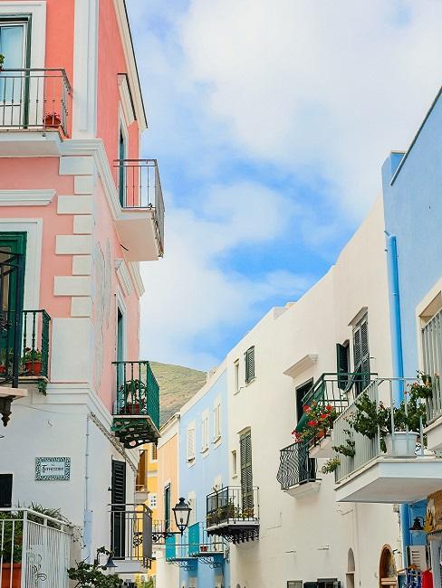 Kleurrijke straat met gekleurde huizen in lichte primaire kleuren