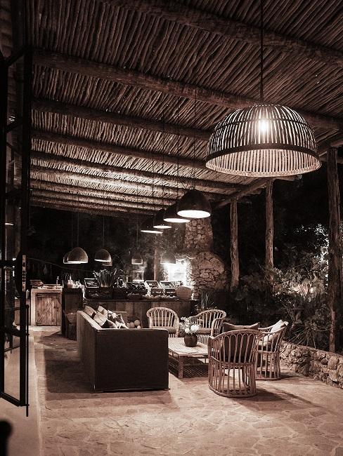 Overdekt terras met rotan meubels en houten details