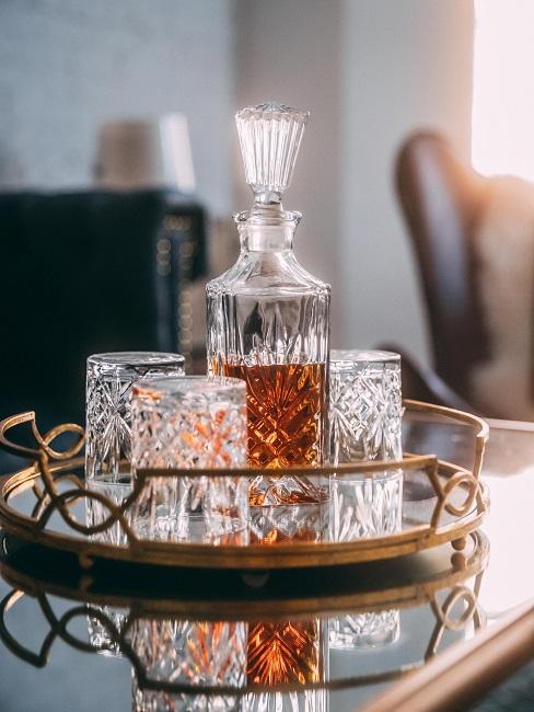 fijne vaderdag met whisky in kristalglazen fles met bijpassende glazen