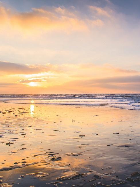 Vliebiza zee bij zonsondergang