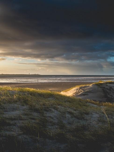 Strandvakantie in Nederland duinen met zicht op zee in de avondschemering