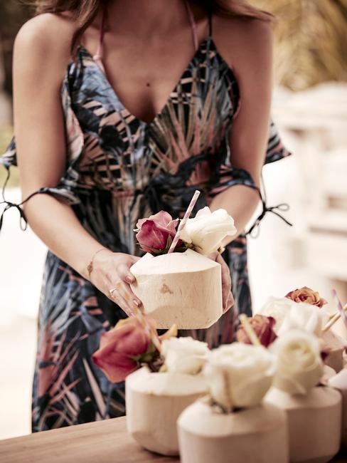 Een vrouw in een gebloemde jurk met een bruiloft decoratie