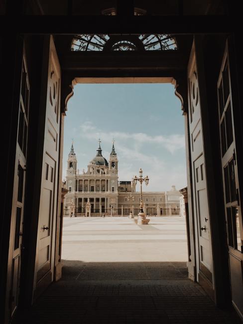 Uitzicht vanaf de poort naar de oude stad van Madrid