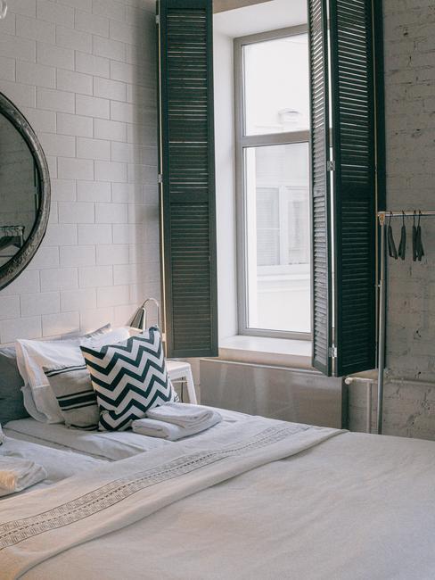 Een grijze slaapkamer met een opgemaakt bed
