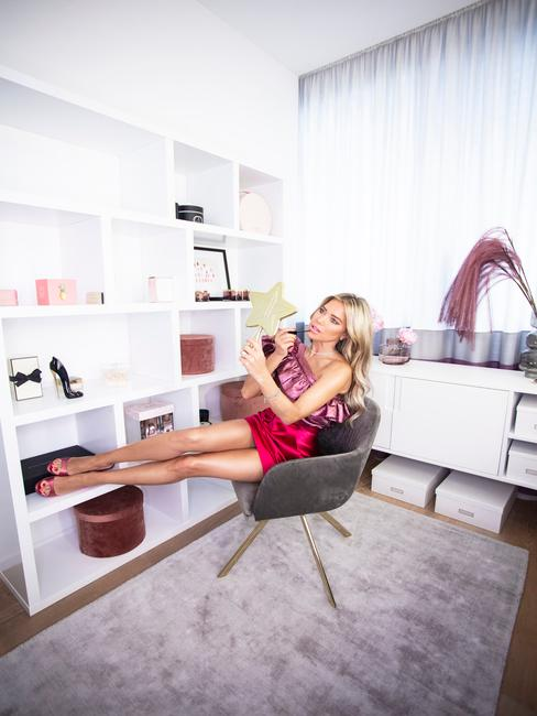 Sylvie Meis in grijze stoel in haar glamroom met make up