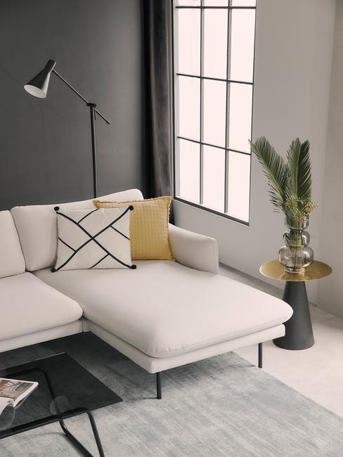 Beige bankstel met zwarte muur en accessoires en decoratie