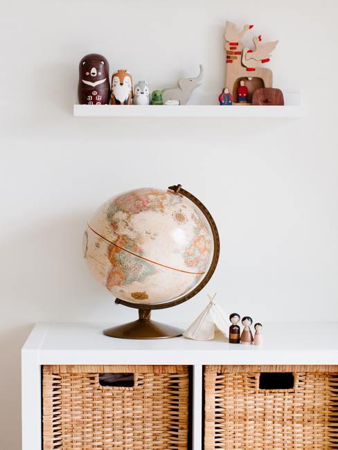 Muurdecoratie babykamer: wandplank met speelgoed en met decoratieve objecten