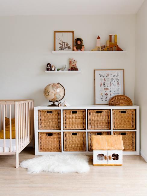 Babykamer met sideboard met opbergmanden en verschillende decoratieve objecten en speelgoederen