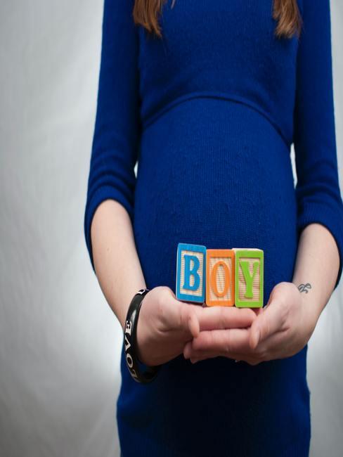 """Zwangere vrouw met """"jongen"""" kubussen"""