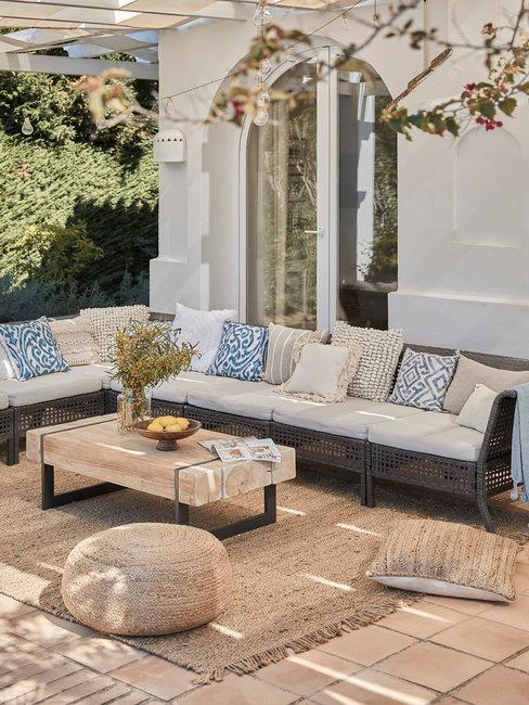 Header terras schoonmaken loungeset onder pergola buiten