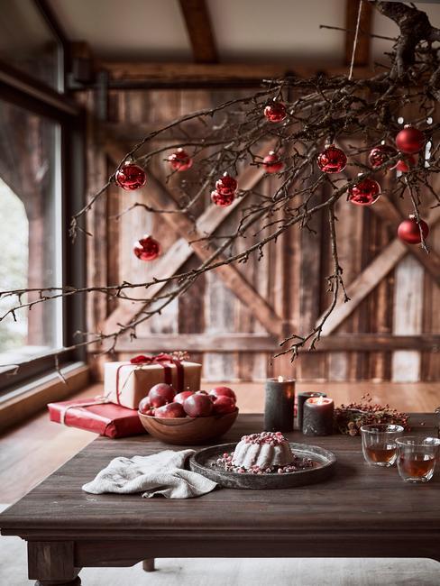 Houten interieur in loftstijl met een kerstdecoratie