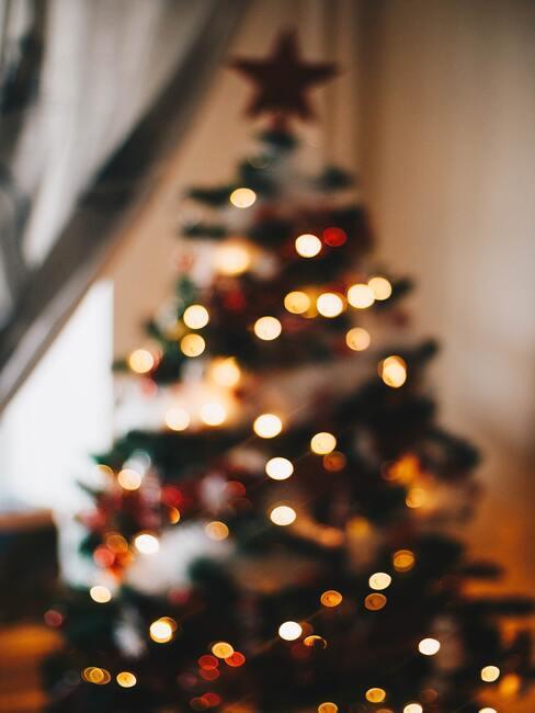 Rijk versierde kerstboom met lichtketting
