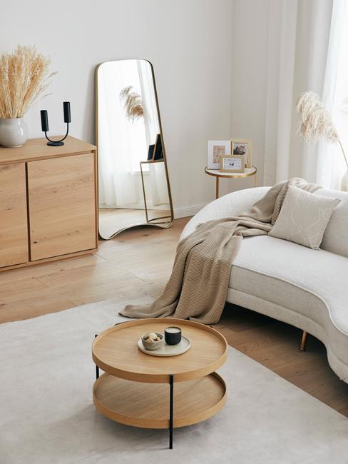 Natuurlijke materialen hout en beige en nude tinten in woonkamer