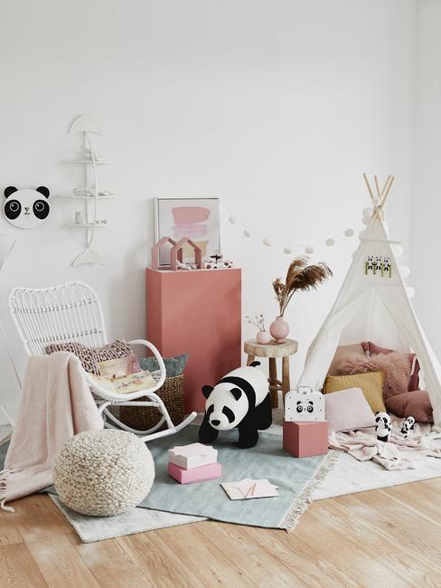 Peuterkamer: kinderspeelgoed, panda-knuffel, tipi-tent, zachte vloerkleed, witte schommelstoel