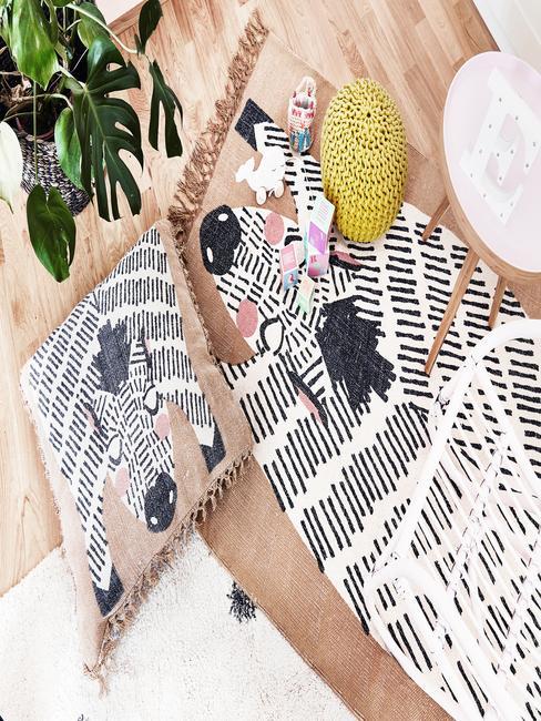 Vloerkleed en kussens met zebrapatroon