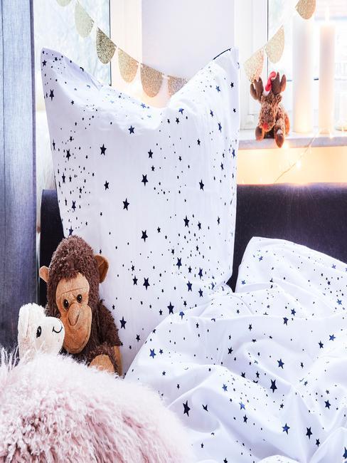Witte bedlinnen met stippenpatroon