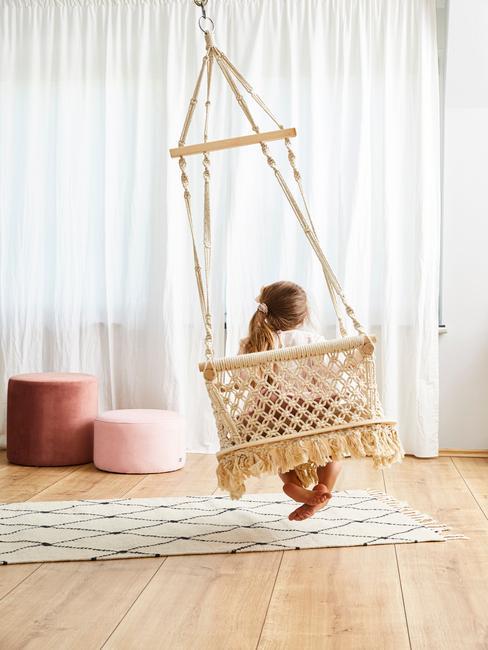 Babyschommel opgehangen aan het plafond