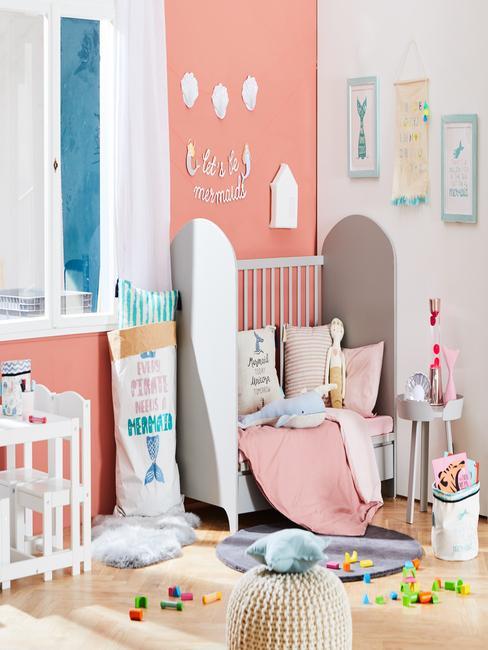 Kleine kinderkamer: inspiratie van een kleine kinderkamer in perzikkleuren