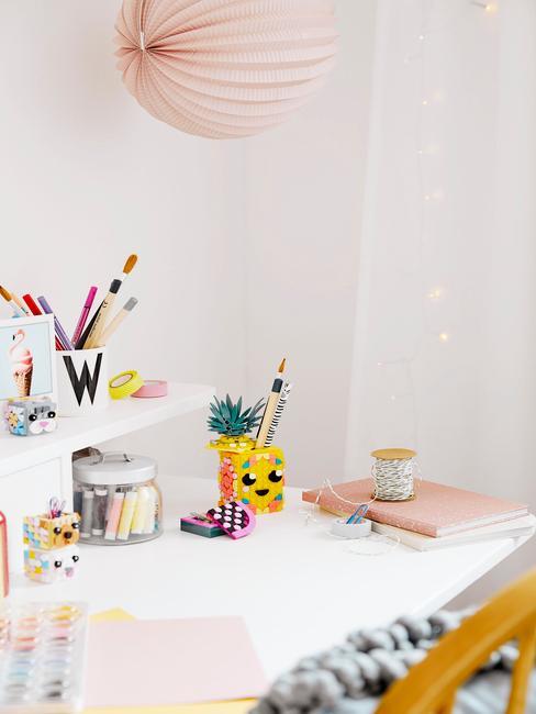 Wit bureau met toebehoren voor schrijven en tekenen