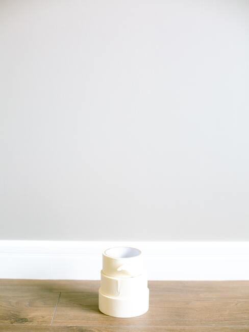 De tape is een hulpmiddel bij het maken van patronen of het scheiden van muren