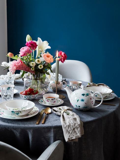 Eettafel decoratie met glazen vaas met bloemen