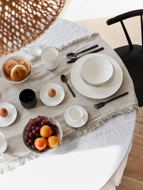 Serviesset in wit op wit tafelkleed