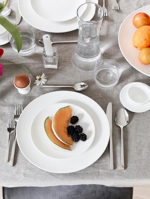 Eettafel decoratie met serviesset in wit