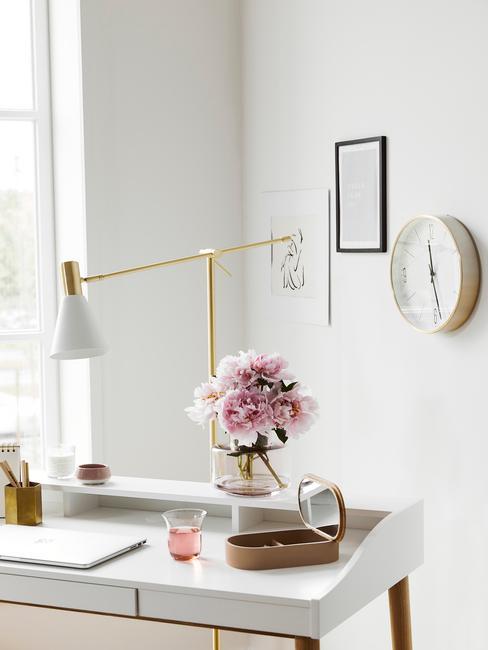 Thuis werken: tafellamp in goud op wit bureau