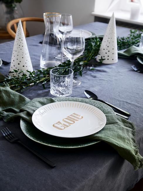 kerstservetten vouwen: groene servetten op zwarte tafelkleed