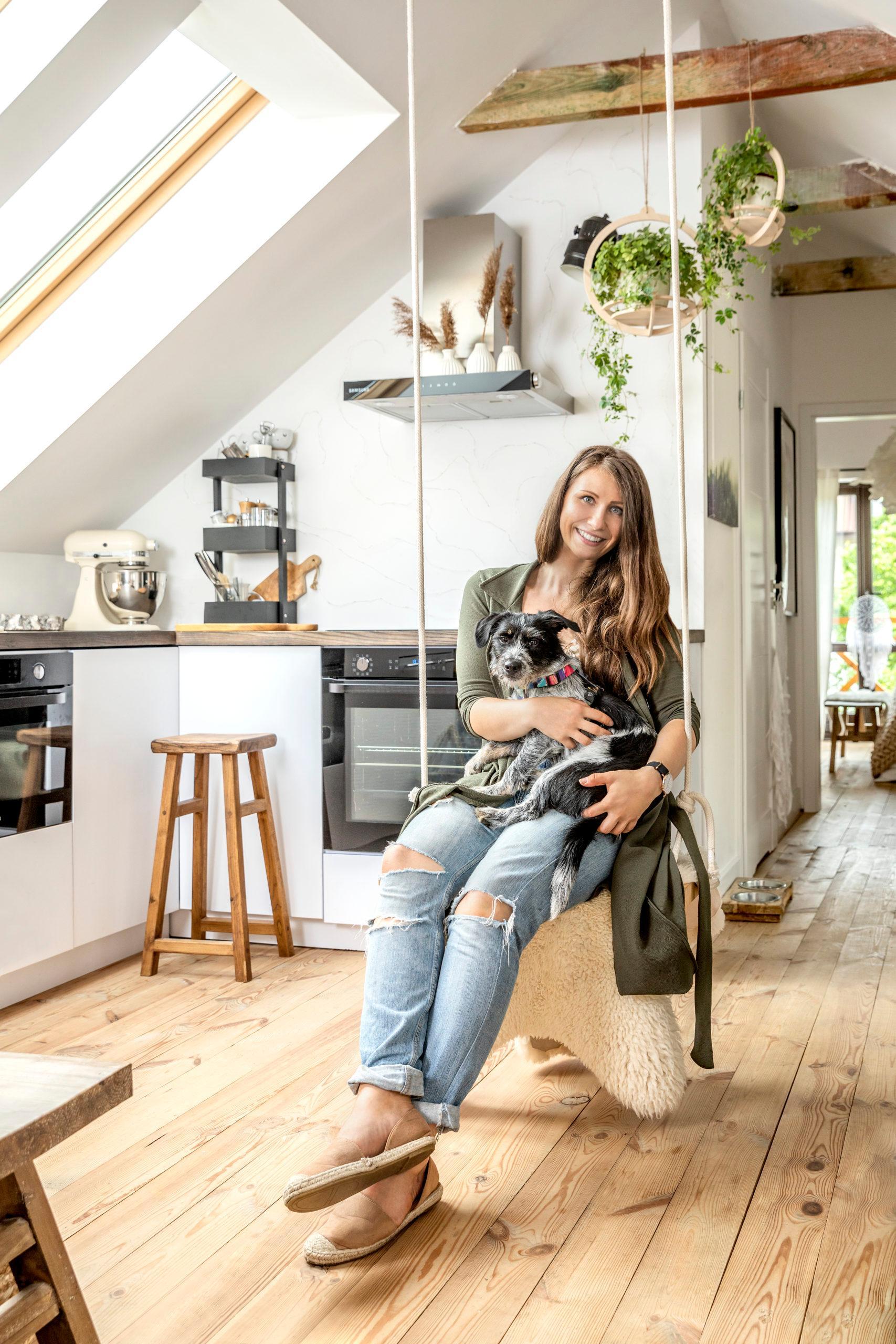 Een vrouw die een nieuwe keuken regelt