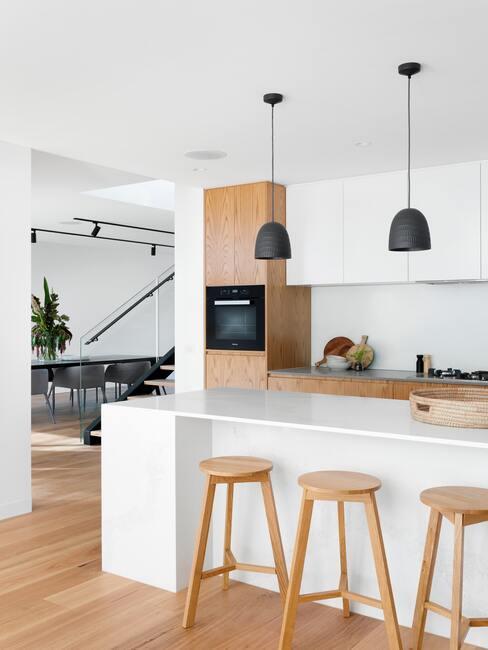 kookeiland: witte keuken met houten elementen in scandi stijl