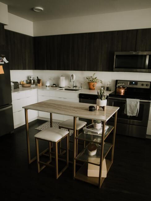 Keuken in zwart met metalen barkrukken