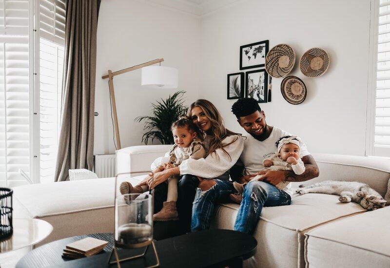 Manon tilstra op de lennon sofa met haar familie