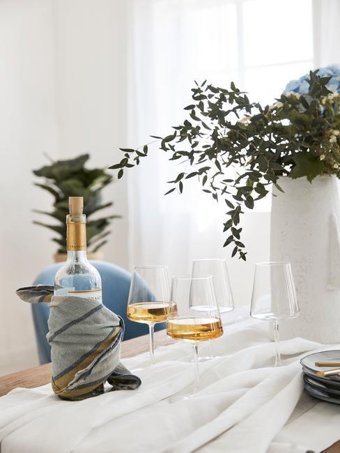 Tafelschikking, vaas in wit, tafelkleed in wit, witte wijn