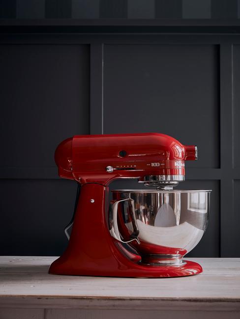 Rode kitchenAid keukenmachine in zwarte keuken