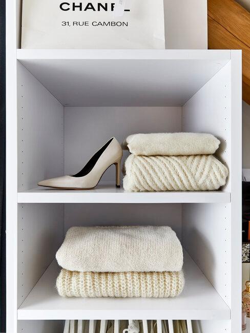 Marie Kondo opruimen kast met beige en witte kleding in witte kledingkast