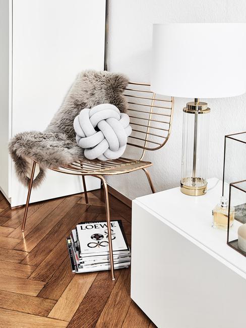 Comfortabele schapenvacht in grijs op metalen stoel