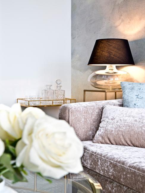 Kleine woonkamer inrichten met zachte sierkussens en comfortabele zitbank