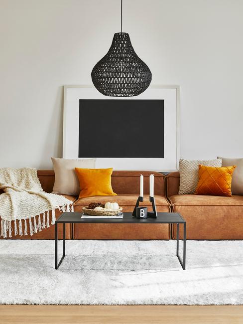 huiskamer met bruine lennon en zwarte hanglamp