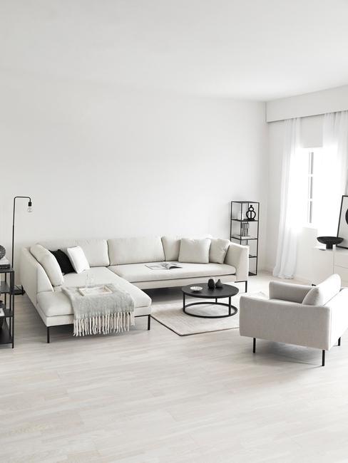 grote woonkamer met lichte hoekbank en ruime feateuil