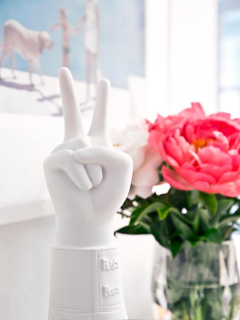 decoratief object en vaasje met bloemen in de vensterbank