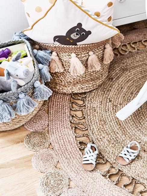 Okrągły dywan z sizalu w pokoju dziecięcym