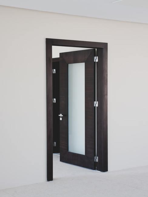 Brązowe drzwi z szybą