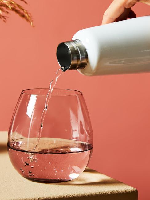 Bezbarwna szklana na wodę wraz z szarą buletką